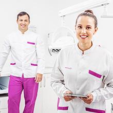 Equipo dentista en consultorio odontológico