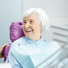 Mujer adulta mayor en cita odontológica