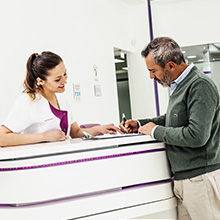 Paciente en recepción de clínica dental